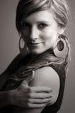 Adolescente bonito contra gris Fotografía de archivo libre de regalías
