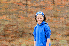 Adolescente bonito contra la pared de ladrillo Fotografía de archivo