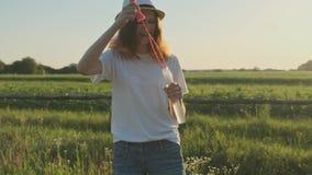 Adolescente bonito da menina em bolhas de sabão de sopro do chapéu vídeos de arquivo