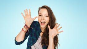 Adolescente bonito de risa feliz que muestra las manos Imágenes de archivo libres de regalías
