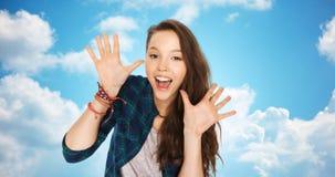 Adolescente bonito de risa feliz que muestra las manos Fotografía de archivo
