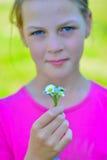 Adolescente bonito de sorriso com o ramalhete pequeno das margaridas imagem de stock royalty free