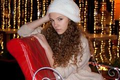 Adolescente bonito en boina con luces de un fuego Fotografía de archivo libre de regalías