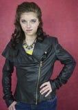 Adolescente bonito en chaqueta de cuero negra Imágenes de archivo libres de regalías