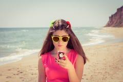 Adolescente bonito en gafas de sol y en un vestido rosado en el  Imágenes de archivo libres de regalías