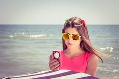 Adolescente bonito en suglasses y en un vestido rosado Fotos de archivo