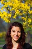Adolescente bonito en un jardín Foto de archivo