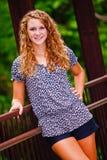 Adolescente bonito en un puente en un parque Fotografía de archivo
