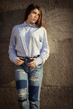 Adolescente bonito en una camisa y vaqueros Imágenes de archivo libres de regalías