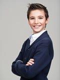 Adolescente bonito feliz que presenta en el estudio Imagen de archivo libre de regalías