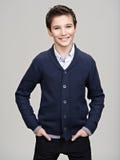 Adolescente bonito feliz que presenta en el estudio Imagenes de archivo