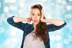 Adolescente bonito feliz que se sostiene para dirigir Fotos de archivo libres de regalías