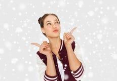 Adolescente bonito feliz sobre nieve Fotos de archivo libres de regalías