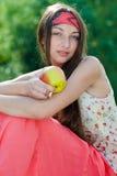Adolescente bonito joven con la manzana Imagen de archivo libre de regalías
