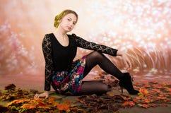 Adolescente bonito joven con las hojas de otoño Imagenes de archivo