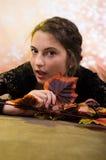 Adolescente bonito joven con las hojas de otoño Fotos de archivo