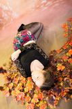 Adolescente bonito joven con las hojas de otoño Foto de archivo libre de regalías