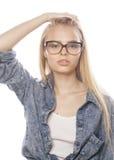 Adolescente bonito joven de la muchacha en vidrios en blanco Fotos de archivo
