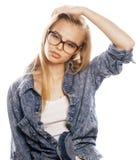 Adolescente bonito joven de la muchacha en vidrios en blanco Imagen de archivo libre de regalías