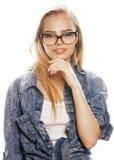 Adolescente bonito joven de la muchacha en vidrios en blanco Imagen de archivo