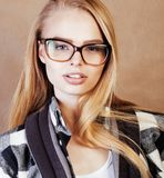 Adolescente bonito joven de la muchacha en vidrios en la ha rubia blanca Imagenes de archivo