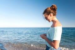 Adolescente bonito joven que camina y que comtempla Mediterranea Imágenes de archivo libres de regalías