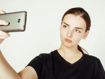 Adolescente bonito joven que hace el selfie aislado en el cierre blanco del fondo para arriba Fotos de archivo