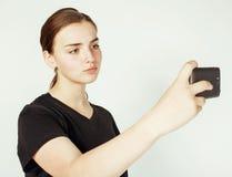 Adolescente bonito joven que hace el selfie aislado en el cierre blanco del fondo para arriba Fotos de archivo libres de regalías