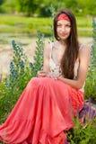 Adolescente bonito joven que se sienta al aire libre Imágenes de archivo libres de regalías