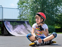 Adolescente bonito na engrenagem da patinagem de rolo Imagens de Stock