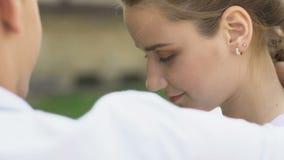Adolescente bonito que abraça com noivo, sentimentos românticos sinceros, fim acima video estoque