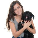 Adolescente bonito que abraza su perro casero Fotos de archivo