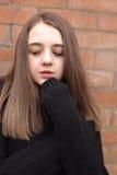 Adolescente bonito que amontona en su puente Foto de archivo
