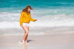 Adolescente bonito que camina en la playa Foto de archivo