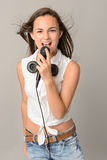 Adolescente bonito que canta com microfone Foto de Stock Royalty Free