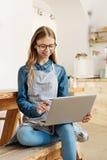 Adolescente bonito que crea un nuevo menú Foto de archivo libre de regalías