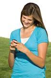 Adolescente bonito que envía el mensaje de texto Imagen de archivo