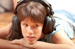 Adolescente bonito que escucha la música Foto de archivo libre de regalías