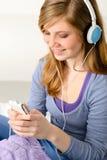 Adolescente bonito que escucha la música Imagen de archivo