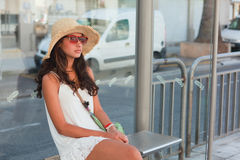 Adolescente bonito que espera un omnibus Foto de archivo libre de regalías
