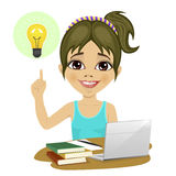 Adolescente bonito que faz seus trabalhos de casa com portátil e livros na mesa que aponta o dedo à ampola que tem a ideia Imagens de Stock