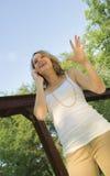Adolescente bonito que habla en el teléfono móvil Imagenes de archivo