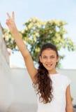 Adolescente bonito que hace el símbolo de la victoria Fotos de archivo libres de regalías