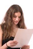 Adolescente bonito que lee el correo Foto de archivo libre de regalías