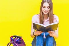 Adolescente bonito que lee un libro Foto de archivo libre de regalías