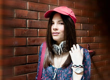Adolescente bonito que levanta sobre a parede de tijolo foto de stock royalty free