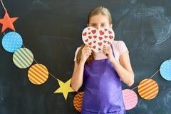 Adolescente bonito que lleva a cabo el corazón de papel Imágenes de archivo libres de regalías