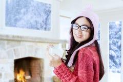 Adolescente bonito que lleva a cabo una bebida caliente Imagen de archivo
