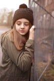 Adolescente bonito que lleva un sombrero en un ambiente urbano Foto de archivo libre de regalías