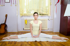 Adolescente bonito que medita na pose da ioga na sala fotos de stock